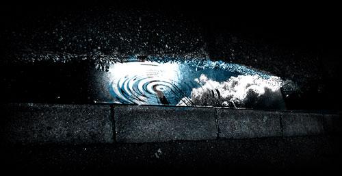 路上の水溜りに映る空