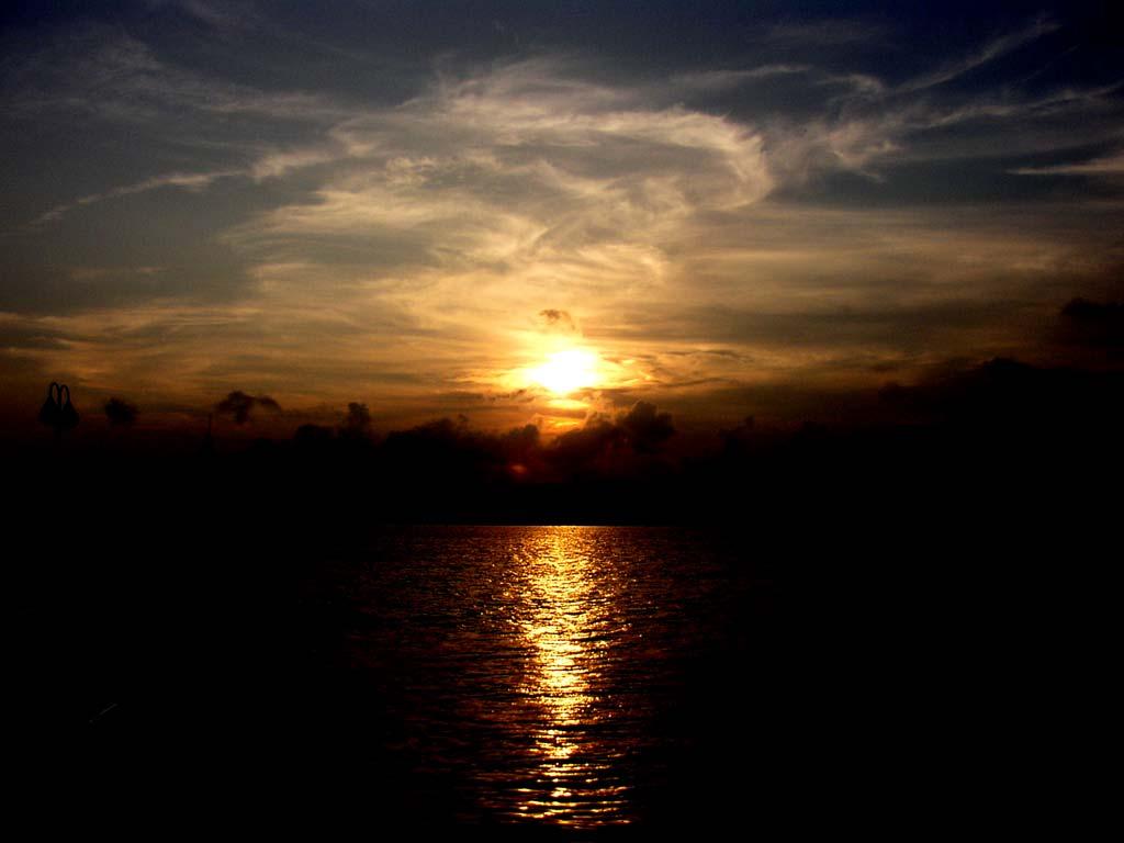 水面に映る夕陽の写真素材
