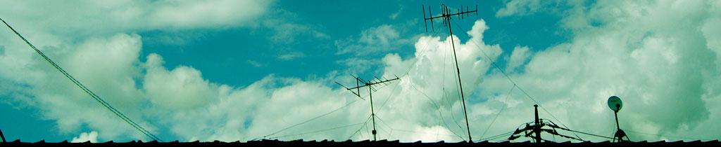 屋根の上のアンテナと空