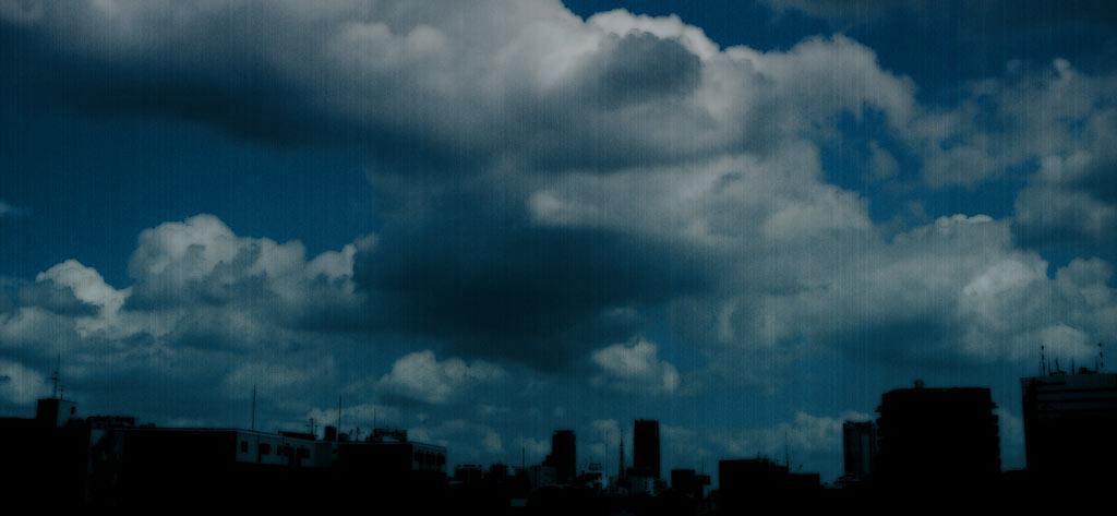 雨が降り出しそうな空とビル