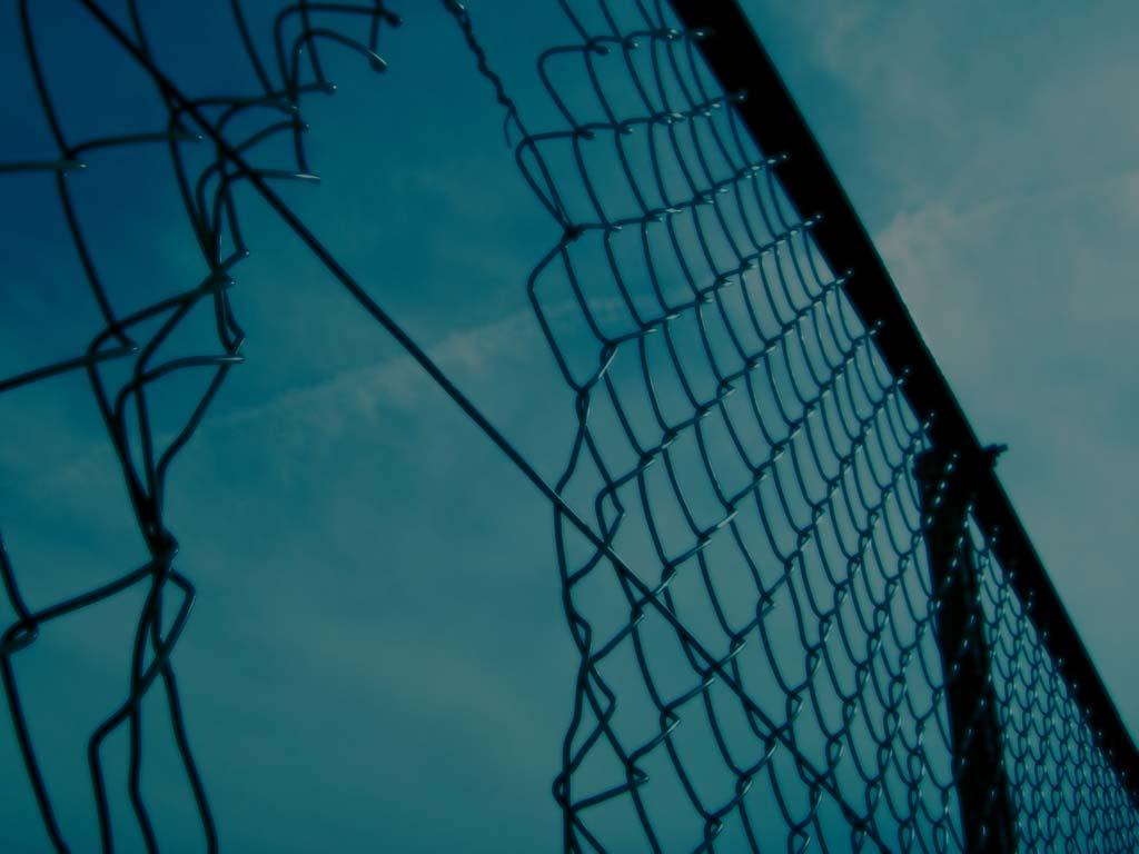 穴の開いたフェンスと空