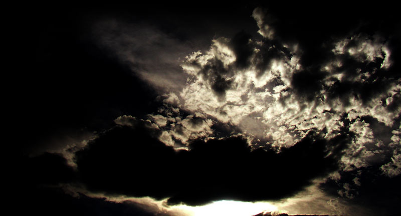 乱層雲から漏れる日差しの写真素材