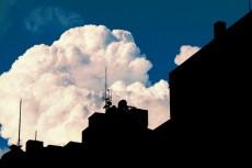 入道雲と建物のシルエット