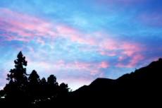 山並みとピンク色の雲