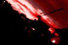 赤い空とクレーン