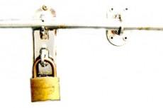 扉と南京錠の写真素材