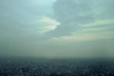 霞む街並みと暗雲