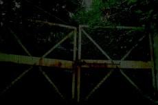 閉ざされた錆びた門
