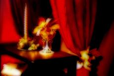 赤いカーテンと蝋燭のある部屋