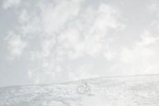 草原と自転車の写真素材