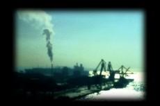 煙突から煙が出る工場地帯