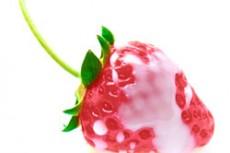 練乳のかかったイチゴ