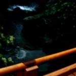 橋と水面の映る三日月の壁紙