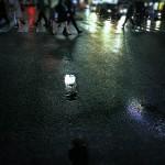 【高解像度】雨に濡れた交差点を行き交う人々