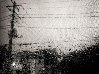 【高解像度】網戸越しの電柱と雨粒