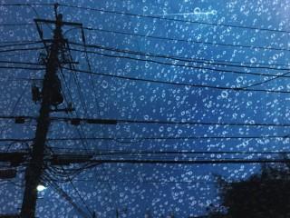 【高解像度】電柱と雨粒