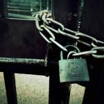 【高解像度】錆びた扉に掛かる鍵