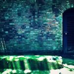 【高解像度】レンガ壁と鍵の掛かった扉