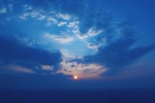 【高解像度】広がる空と太陽の光(2パターン)