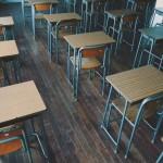 【高解像度】無人の教室に並ぶ机(3パターン)